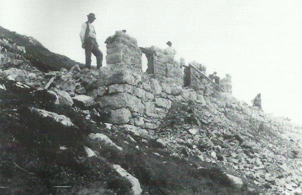 """Il rifugio """"Prospero Marchetti"""" in costruzione – estate del 1905"""